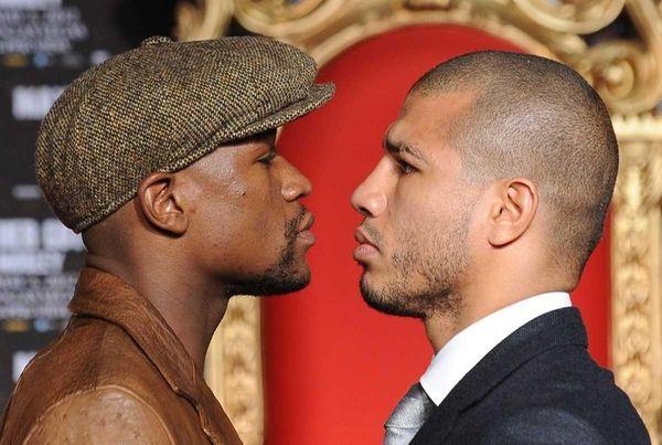 US boxer Floyd Mayweather (L) and WBA Super