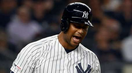 Yankees outfiedler Aaron Hicks reacts after he was