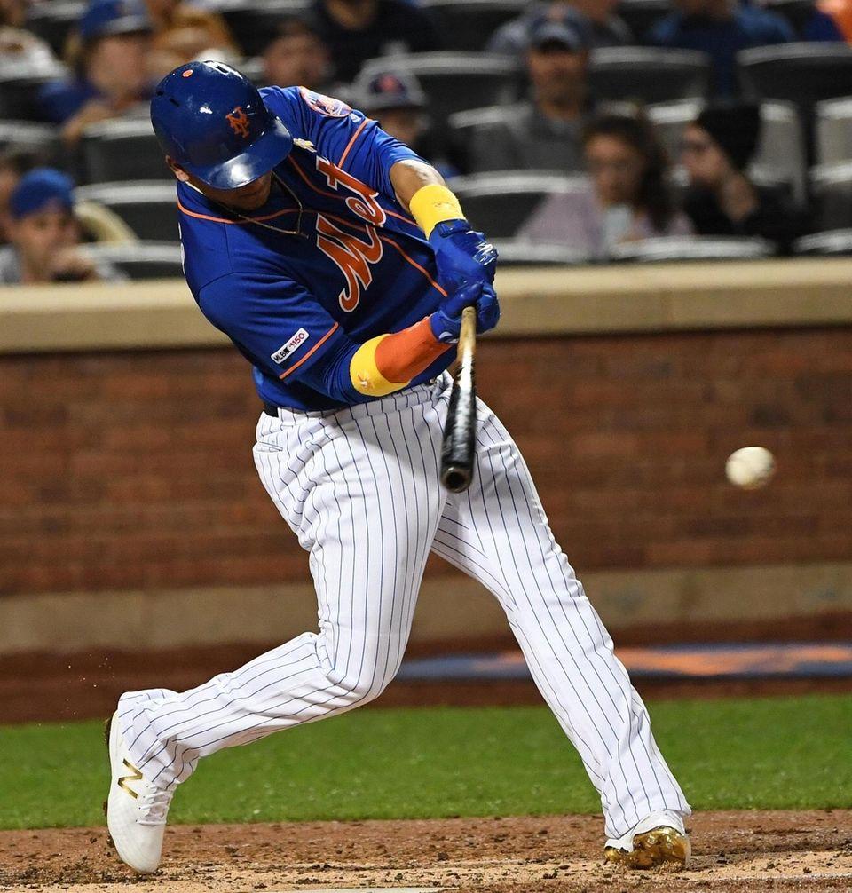 New York Mets center fielder Juan Lagares singles