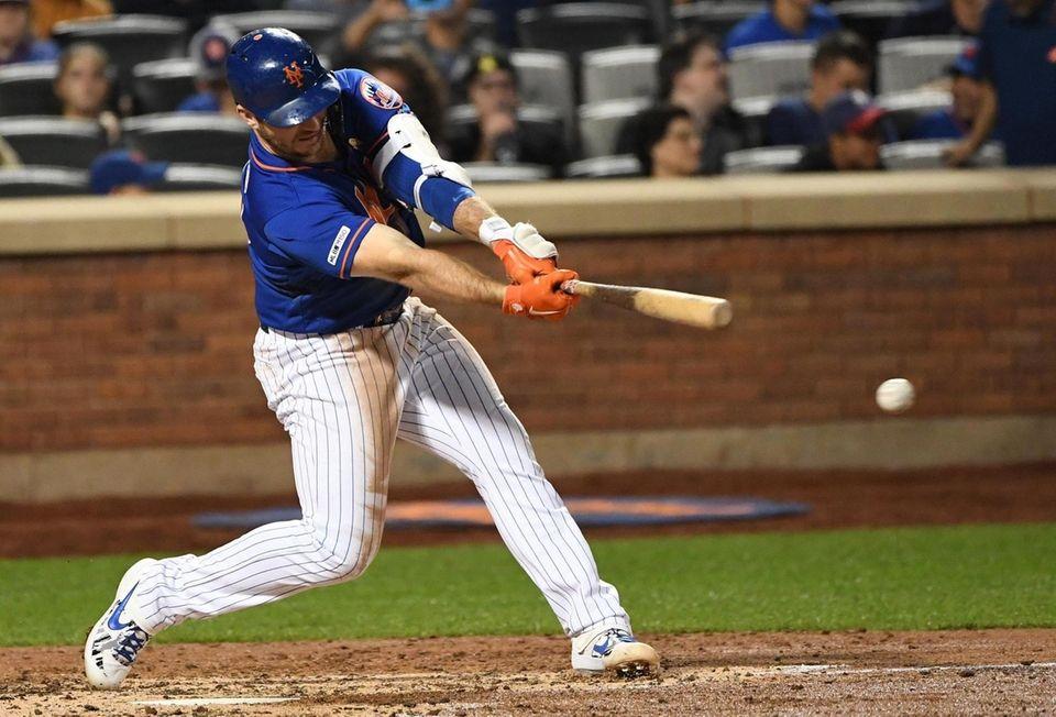 New York Mets first baseman Pete Alonso singles