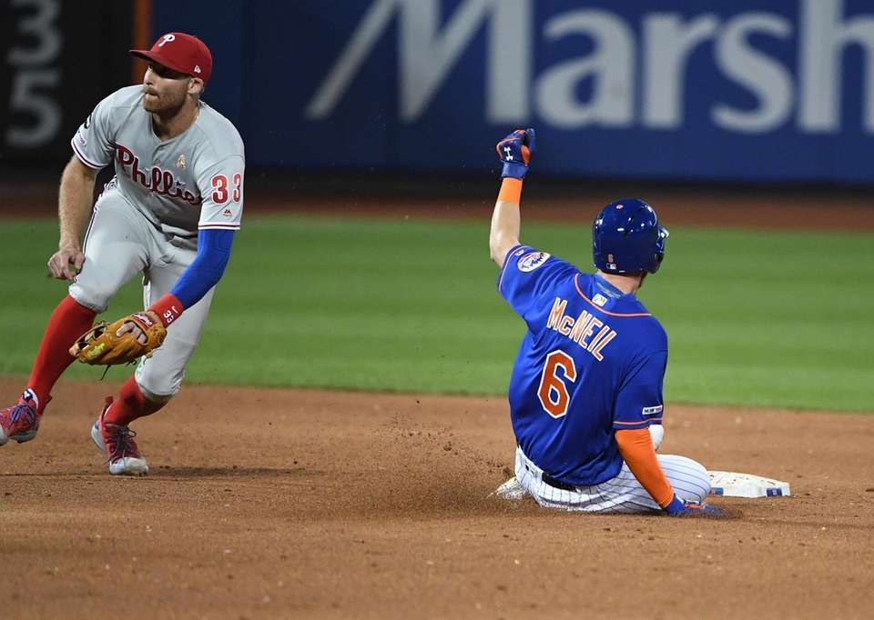 New York Mets' Jeff McNeil steals second base