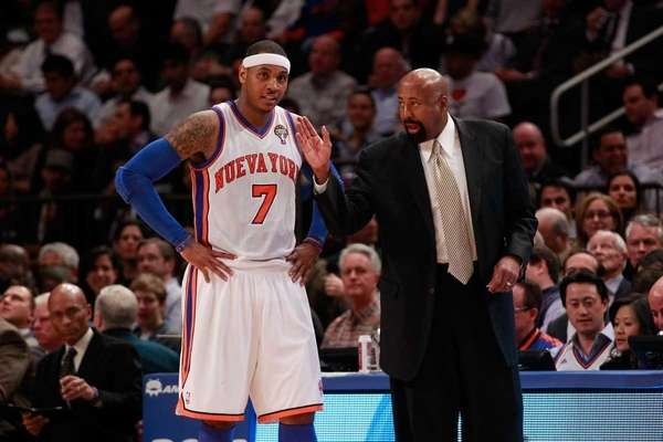 Mike Woodson, right, talks with Carmelo Anthony during