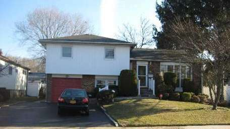 Listings with catchy phrases - Wantagh - $439,999