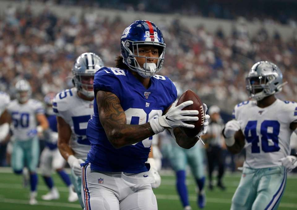 Giants tight end Evan Engram catches a pass