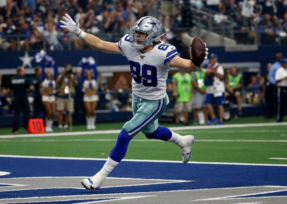 Cowboys tight end Blake Jarwin celebrates catching a