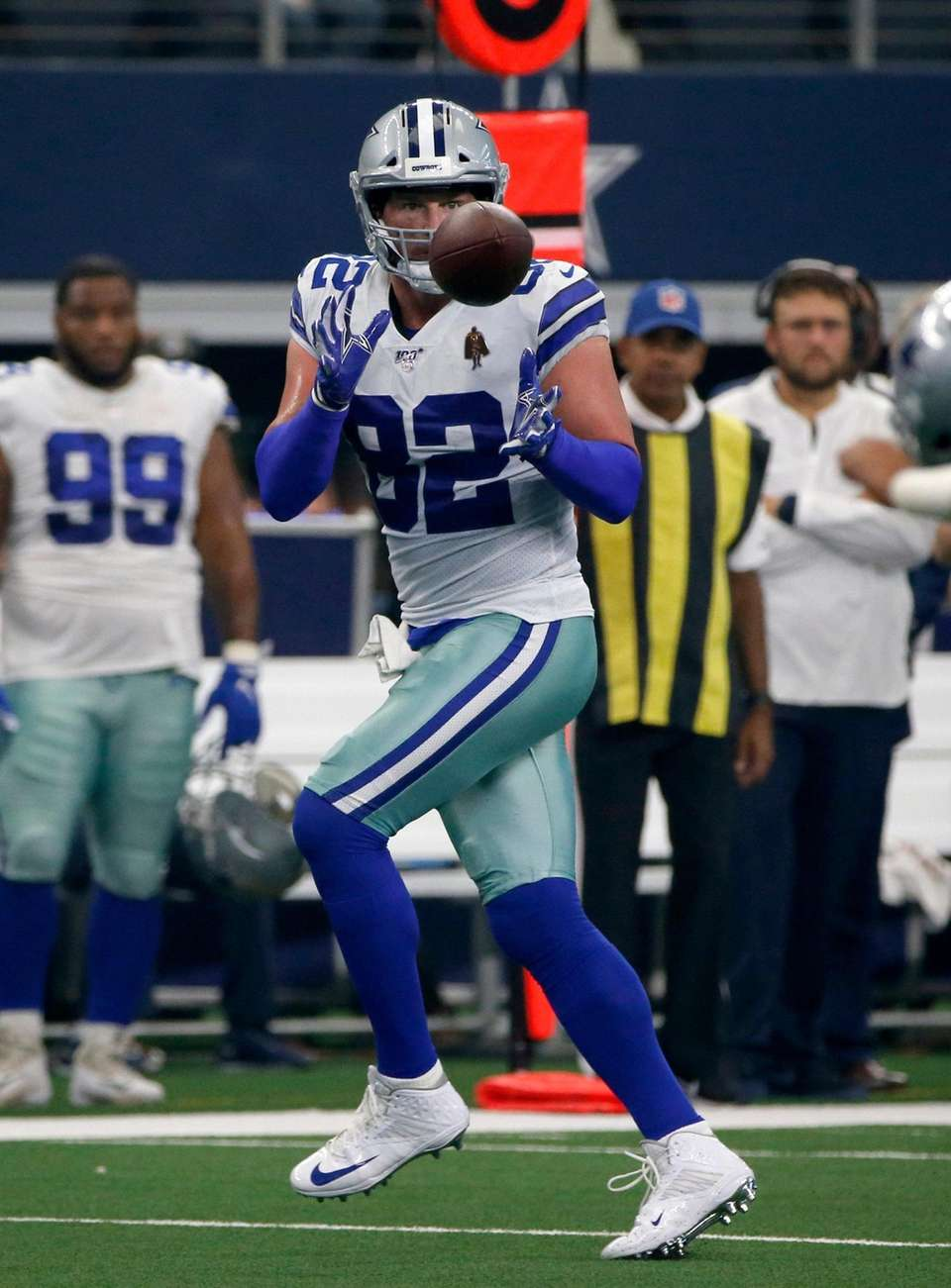 Cowboys tight end Jason Witten reaches up to