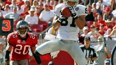 Oakland Raiders wide receiver Chaz Schilens (81) pulls