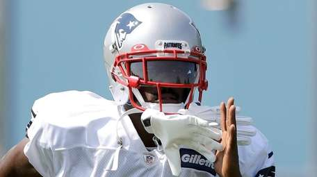 Patriots wide receiver Antonio Brown works out during