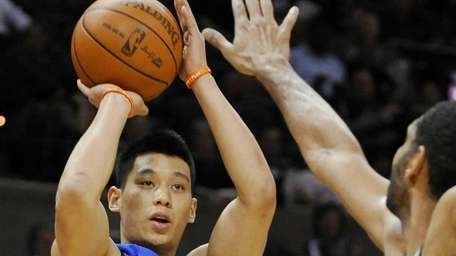 Knicks' Jeremy Lin, left, shoots over San Antonio
