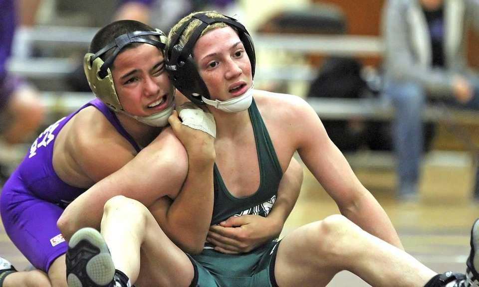 Wantagh's Jose Rodriguez (right) wrestling at 99 pounds