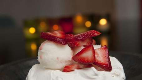 Pavlovas with sorbet and strawberries is a light