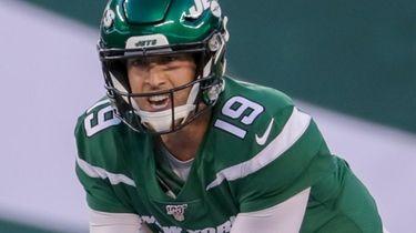 New York Jets quarterback Trevor Siemian #19 calls