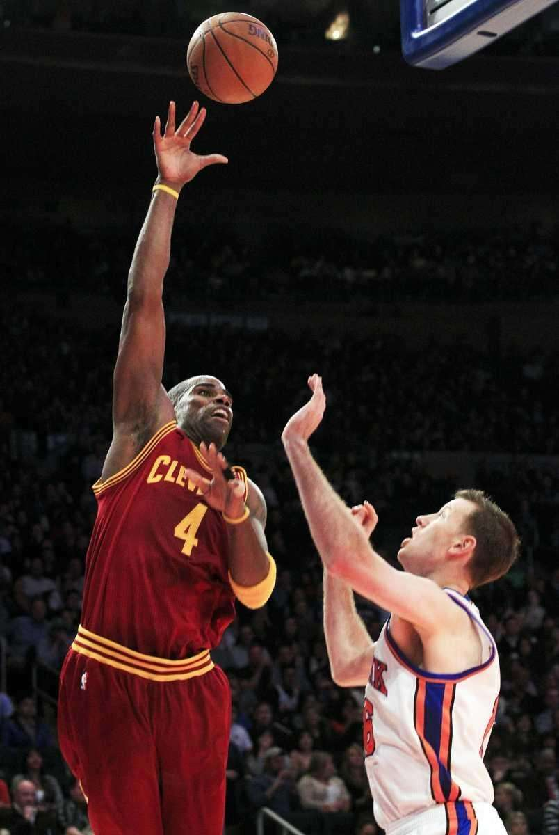 Cleveland Cavaliers' Antawn Jamison (4) shoots over New