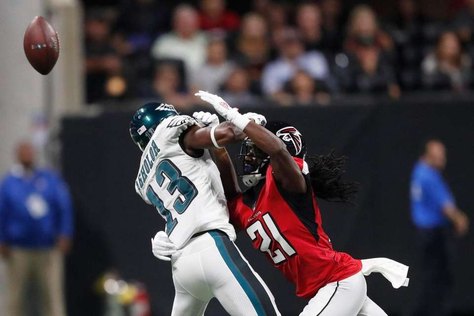 Atlanta Falcons cornerback Desmond Trufant hits Philadelphia Eagles