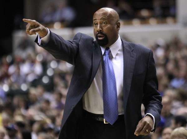 Knicks coach Mike Woodson calls a play for