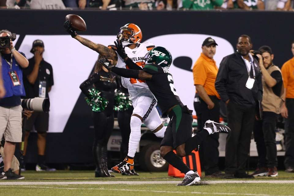 Odell Beckham #13 of the Cleveland Browns catches