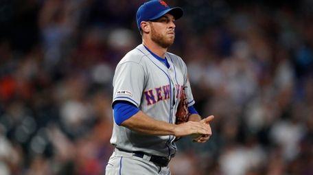 New York Mets starting pitcher Steven Matz rubs