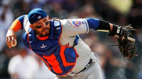 Mets catcher Rene Rivera throws late to first
