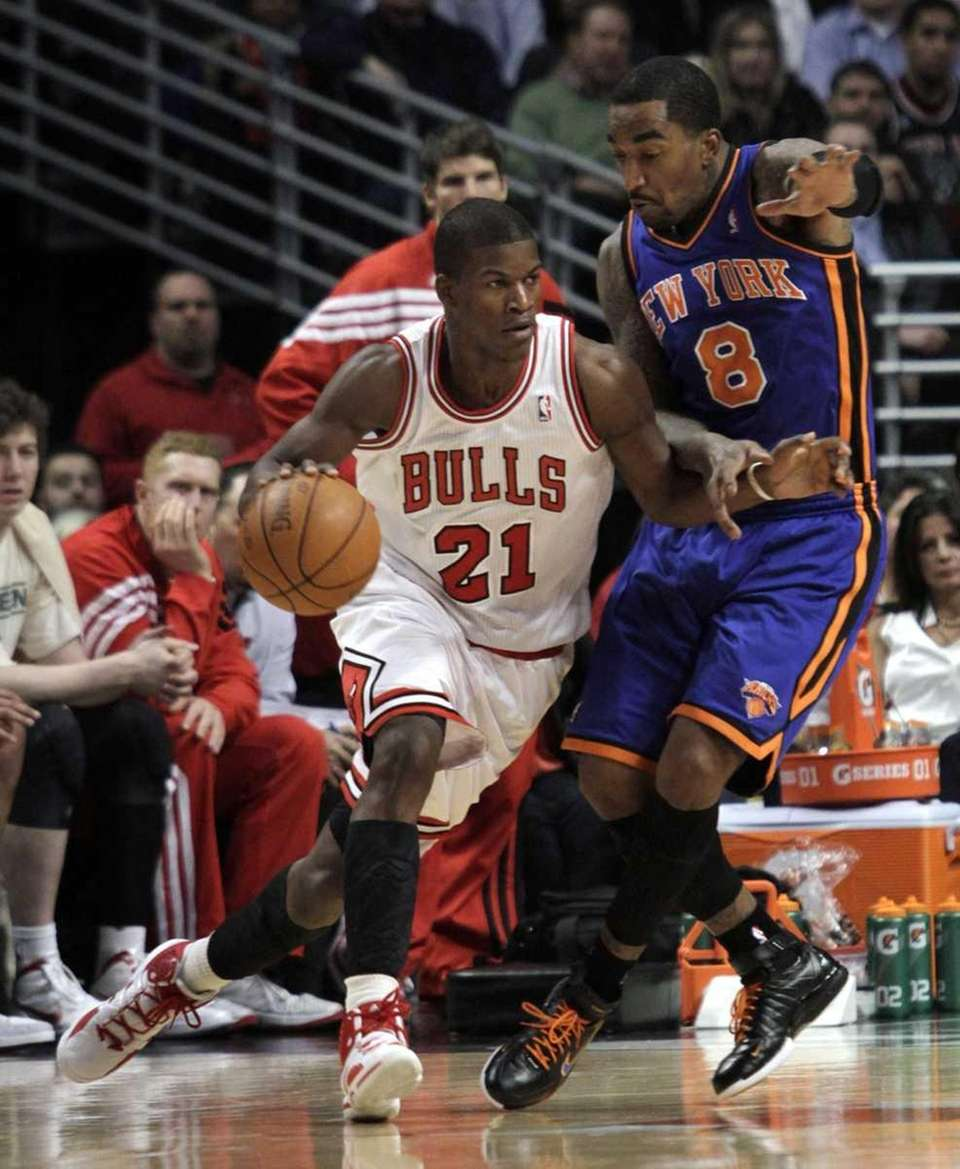 Chicago Bulls' Jimmy Butler (21) drives around New