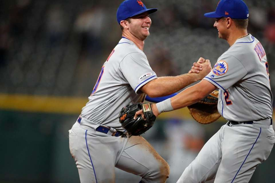 New York Mets second baseman Joe Panik, right,