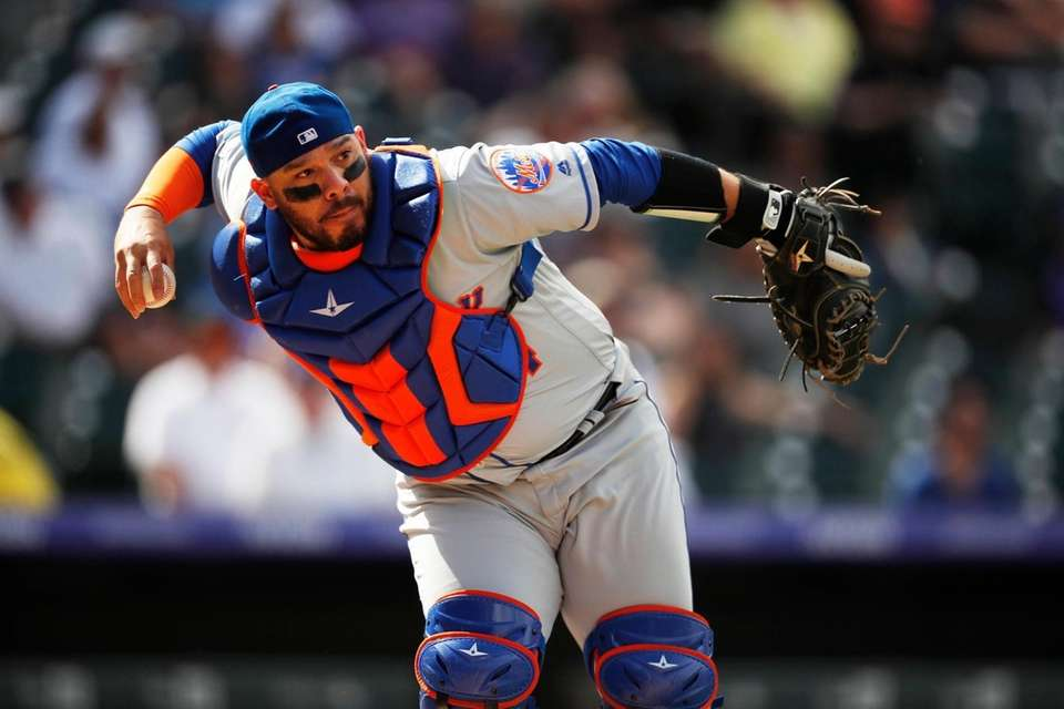 New York Mets catcher Rene Rivera throws late
