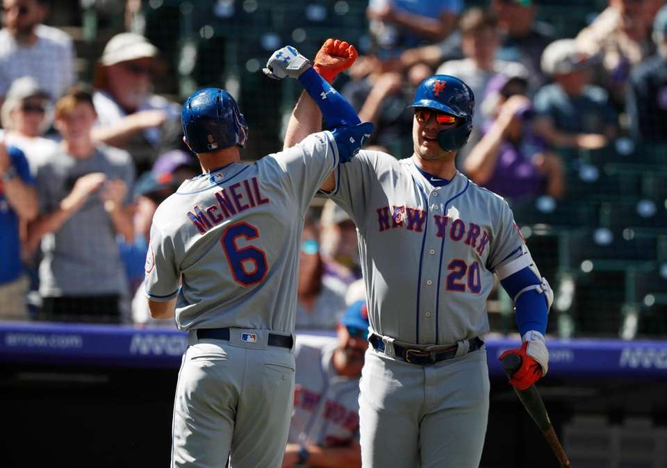 New York Mets' Pete Alonso, right, congratulates Jeff