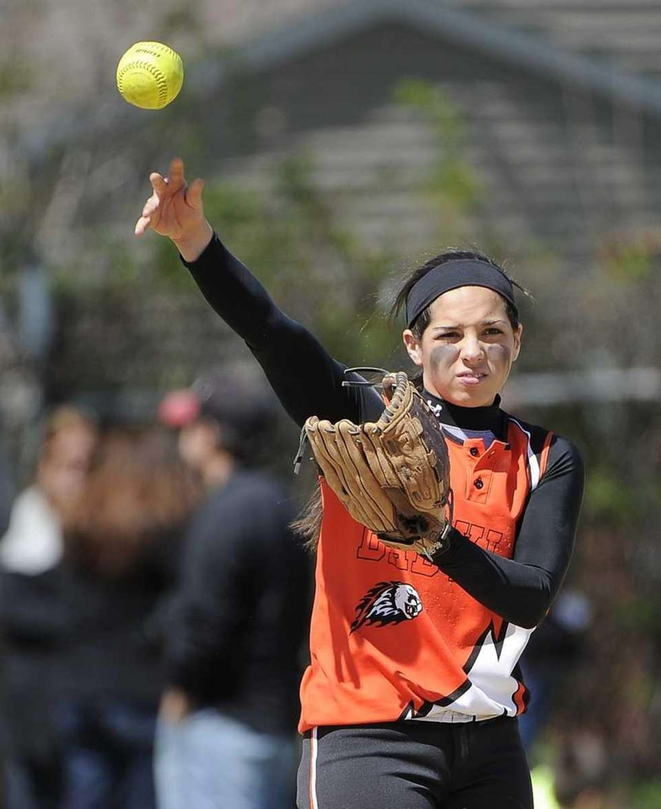 Babylon's Brianna Goodfellow throws against Mt. Sinai in