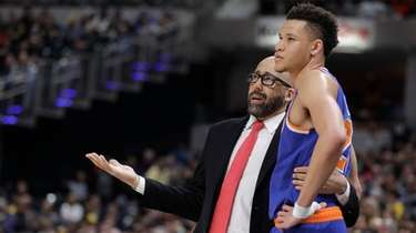 New York Knicks coach David Fizdale talks with