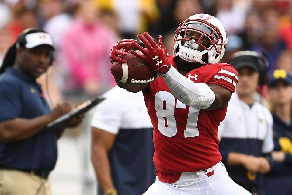 Quintez Cephus #87 of the Wisconsin Badgers catches