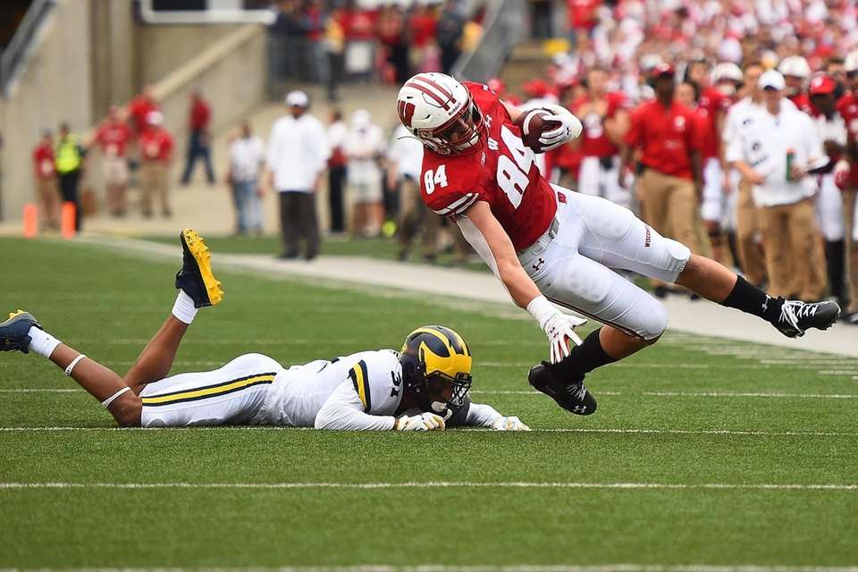 Jake Ferguson #84 of the Wisconsin Badgers is