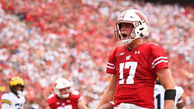 Li S Jack Coan Scores Two Touchdowns To Help Wisconsin Past