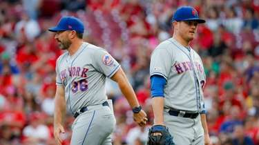 Mets manager Mickey Callaway (36) relieves relief pitcher