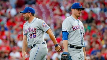 Mets manager Mickey Callaway relieves relief pitcher Justin