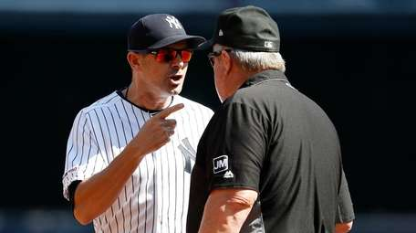 Yankees manager Aaron Boone argues with third base