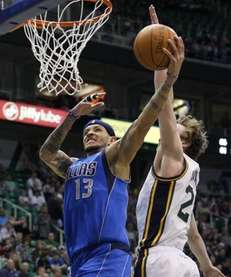 Dallas Mavericks guard Delonte West (13) attempts to