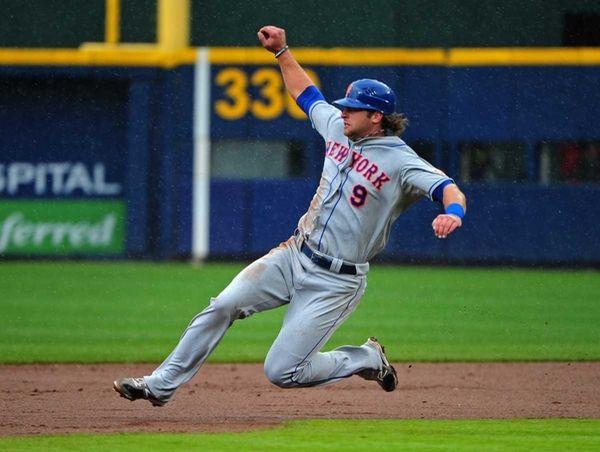 Kirk Nieuwenhuis of the New York Mets steals