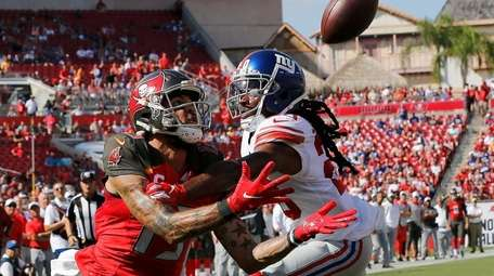 Tampa Bay Buccaneers wide receiver Mike Evans beats