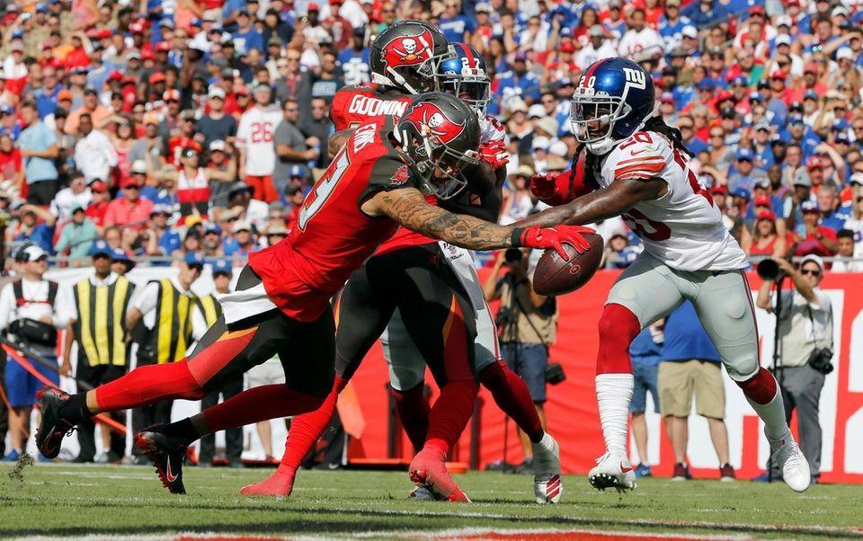 Tampa Bay Buccaneers wide receiver Mike Evans beats