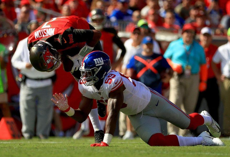 Linebacker Lorenzo Carter of the Giants rushes quarterback