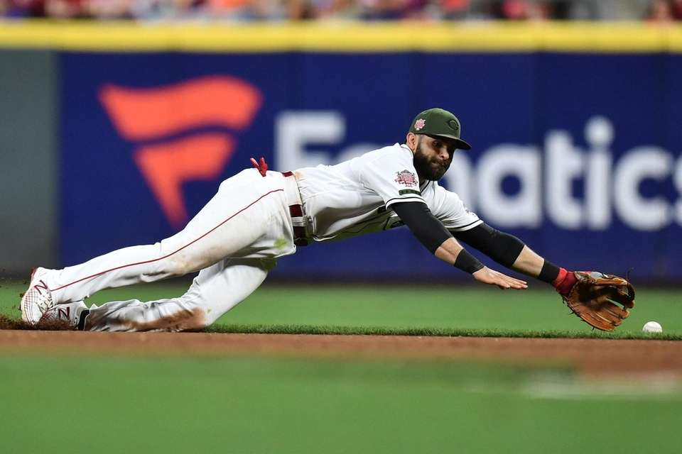 Jose Peraza of the Cincinnati Reds dives for