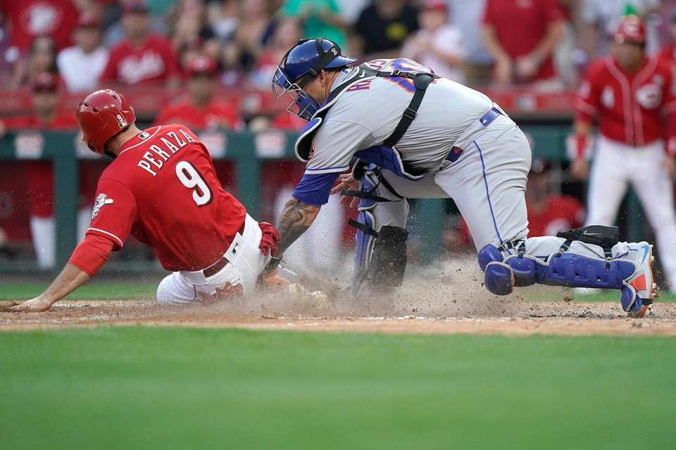 Jose Peraza of the Cincinnati Reds is tagged