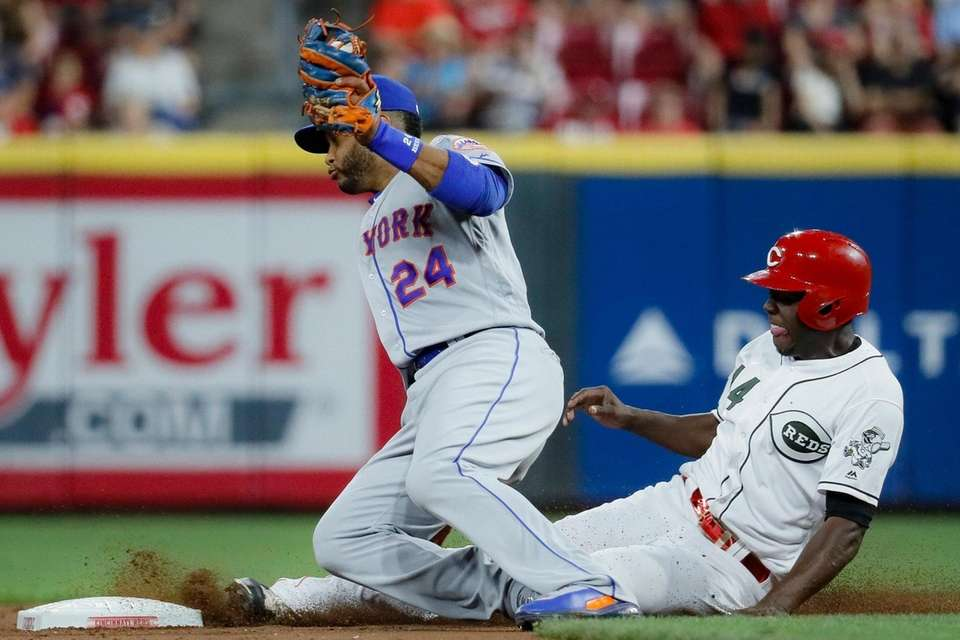 Cincinnati Reds' Aristides Aquino steals second against Mets