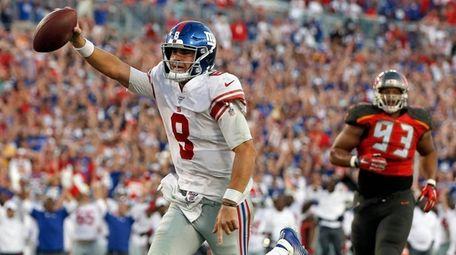 Giants quarterback Daniel Jones scores on a 7-yard