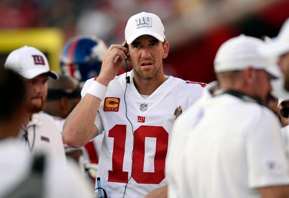 Giants quarterback Eli Manning on the bench against