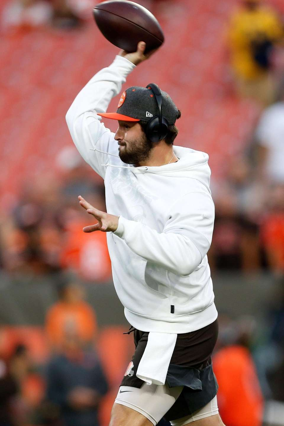 Baker Mayfield of the Cleveland Browns warms up