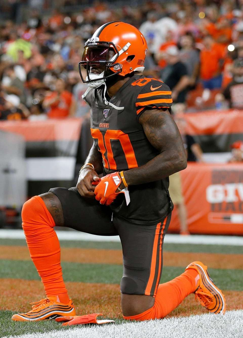 Jarvis Landry of the Cleveland Browns warms up
