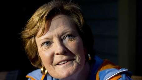 Pat Summitt,speaks to a reporter at her home