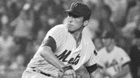 Jerry Koosman of the Mets pitches against the