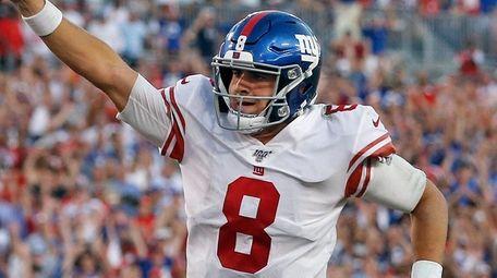 Giants quarterback Daniel Jones runs seven yards for