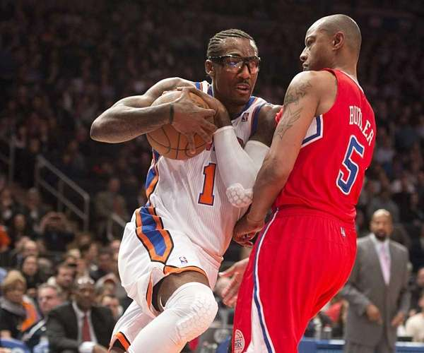 Amar'e Stoudemire drives to the basket against the